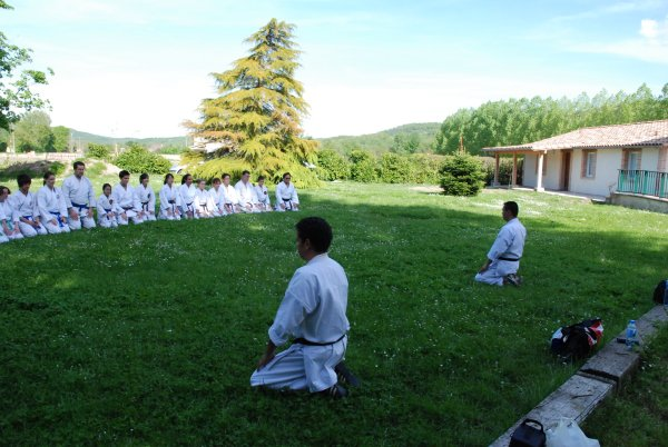 Karate club de Saint Maur - salut assis - moksu (méditation)